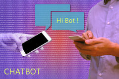 Praatje bot en toekomstig marketing concept, Mens die slimme telefoon c houden Stock Foto