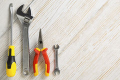 Prac narzędzia, różny instrument na białym drewnianym tle Fotografia Stock