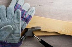 Prac rękawiczki na materiałach budowlanych i narzędziach Miejsce pracy bezpieczeństwa pojęcie Okupacyjny bezpieczeństwo i zdrowie zdjęcie stock