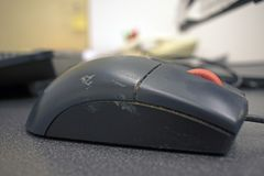 Prac szkół wyższych brudna komputerowa mysz obrazy stock