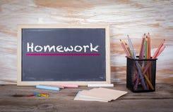 Praca domowa tekst na blackboard Stary drewniany stół z teksturą Fotografia Stock