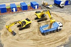 Praca ekskawatory ładować piasek w ciężarówce miniaturowy model Zdjęcia Royalty Free