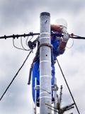 Praca elektryczny instalacyjny instalator na władza słupie zdjęcie royalty free