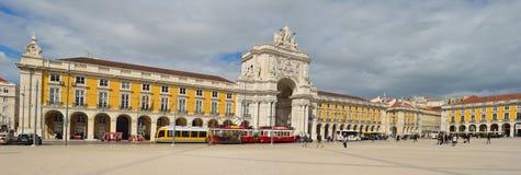 Praca font Comercio Lisbonne Portugal avec des trams et des personnes Photo libre de droits