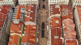 Praca hace el cuadrado del comercio de Comercio y la estatua de rey Jose I en Lisboa en un día de verano hermoso almacen de video