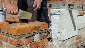 Praca kłaść cegły na budowie na na wolnym powietrzu zdjęcie wideo