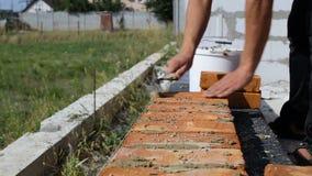 Praca kłaść cegły na budowie na na wolnym powietrzu zbiory wideo