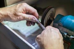 Praca mistrz, jubiler Biżuteria remontowy sklep Fabrykować biżuteria fotografia royalty free