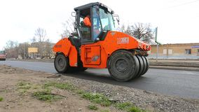 Praca na kłaść asfaltową powierzchnię na miasto ulicie zdjęcie wideo