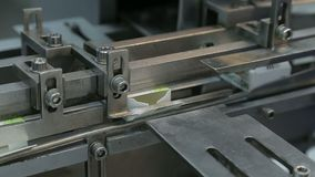 Praca pakuje maszyna na farmaceutycznej fabryce zbiory