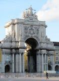 Praca robi Comercio z ikonowym Triumfalnym łukiem fotografia royalty free