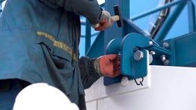 Praca robi instalacji wyposażenie klamerka Męski pracownik gromadzić wyposażenie dla firmy zbiory
