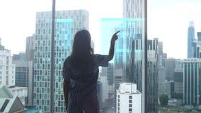 Praca IT specjalisty kobieta stoi bezczynnie panoramicznego okno przed którym ono rozwija hologram problem zdjęcie wideo
