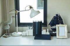 Praca stół z lampą, ołówek, rezerwuje zdjęcie royalty free