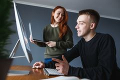 Praca w domu, freelance pracownik Mężczyzna wyjaśnia dziewczyny Dziewczyna ono uśmiecha się attentively i słucha mężczyzn zdjęcie stock