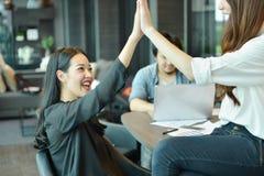 Praca zespołowa Azjatyccy ludzie biznesu daje wysokości pięć, etykietki drużyna zdjęcia royalty free