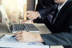 Praca zespołowa biznesu dwa kolegów analiza z pieniężnymi dane obrazy stock