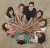 Praca zespołowa: Grupa różnorodni ludzie Obrazy Royalty Free