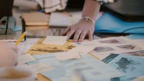 Praca zespołowa i współpraca, ręki wieloetniczni firma koledzy pracuje wpólnie przy biuro stołu spotkaniem w górę zbiory wideo
