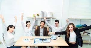 Praca zespołowa młodzi azjatykci ludzie biznesu pracuje sukces mądrze transakcję i świętuje w nowożytnym biurze Więzi szc obraz stock