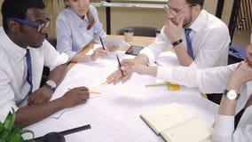 Praca zespołowa multiracial budowniczych koledzy w biurze zbiory wideo