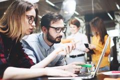 Praca zespołowa na projekcie w nowożytnym loft biurze Dyskusja nowy plan Zdjęcia Royalty Free