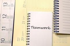 Praca zespołowa pisze na notatniku fotografia stock