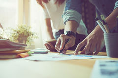 Praca zespołowa pomaga my wybierać najlepszy informację Przynosić klienci używać w pomyślnej pracie Ilości pracy pojęcie, rocznik obraz stock