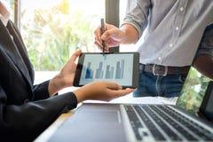 Praca zespołowa proces, Dwa biznesów kolega przedstawia i wskazuje obrazy stock