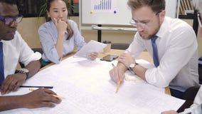 Praca zespołowa projektant, architekt, budowniczy i inwestor w biurze, zdjęcie wideo