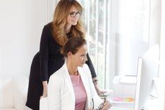 Praca zespołowa przy biurem Zdjęcie Royalty Free