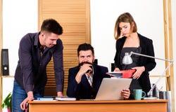 Praca zespo?owa w akci Biznesu dru?ynowy dzia?anie i komunikowa? wp?lnie przy biurowym biurkiem, komunikatywno?ciami i prac? zesp obrazy stock