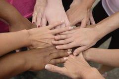 Praca zespołowa, grupowe kładzenie ręki wpólnie Fotografia Royalty Free