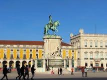 Pracaen gör den Comercio kommersfyrkanten med statyn av konungen Jose I royaltyfri bild