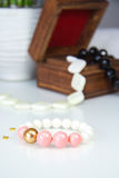 Pracelet cor-de-rosa e branco na caixa de madeira Foto de Stock Royalty Free