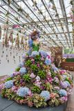 Prachinburi,泰国January11,2018 :与用美丽的花装饰的长的舞会礼服的时装模特在Dasada画廊 它是lon 免版税图库摄影