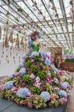 Prachinburi, Thailand-January11,2018: Manequim com o vestido de bola longo decorado com as flores bonitas na galeria de Dasada É  Fotografia de Stock Royalty Free