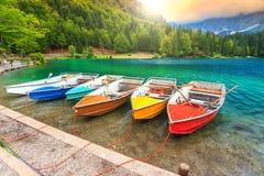 Prachtig alpien landschap en kleurrijke boten, Meer Fusine, Italië, Europa Royalty-vrije Stock Afbeeldingen