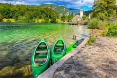 Prachtig alpien meer en kleurrijke boten, Meer Bohinj, Slovenië, Europa stock foto's