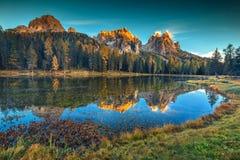 Prachtig alpien meer met hoge pieken op achtergrond, Dolomiet, Italië royalty-vrije stock foto