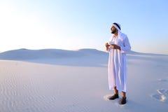 Prachtig begin van ochtend voor Arabische kerel in midden van reusachtig DE Royalty-vrije Stock Foto's