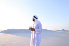 Prachtig begin van ochtend voor Arabische kerel in midden van reusachtig DE Royalty-vrije Stock Afbeelding
