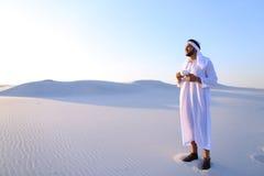 Prachtig begin van ochtend voor Arabische kerel in midden van reusachtig DE Stock Fotografie