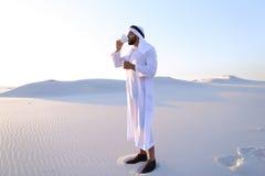Prachtig begin van ochtend voor Arabische kerel in midden van reusachtig DE Stock Afbeelding