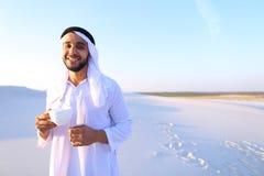 Prachtig begin van ochtend voor Arabische kerel in midden van reusachtig DE Royalty-vrije Stock Afbeeldingen