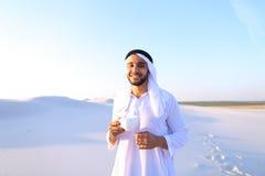 Prachtig begin van ochtend voor Arabische kerel in midden van reusachtig DE Royalty-vrije Stock Foto