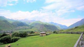 Prachtig berglandschap georgië Boomgaard amid hooggebergte Ecologisch schoon gebied Schilderachtig bergdorp stock footage