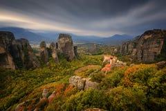 Prachtig de herfstlandschap Het Klooster van Rousanou of St Barbara Monastery en het Klooster van Sinterklaas in Meteora stock afbeelding
