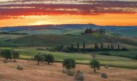 Prachtig de lentelandschap bij zonsopgang Mooie mening van typisch Toscaans landbouwbedrijfhuis, groene golfheuvels stock afbeelding