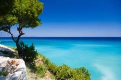 Prachtig en beautiul modelleer over het Griekse turkooise overzees, en ruwe groene vegetatie royalty-vrije stock foto